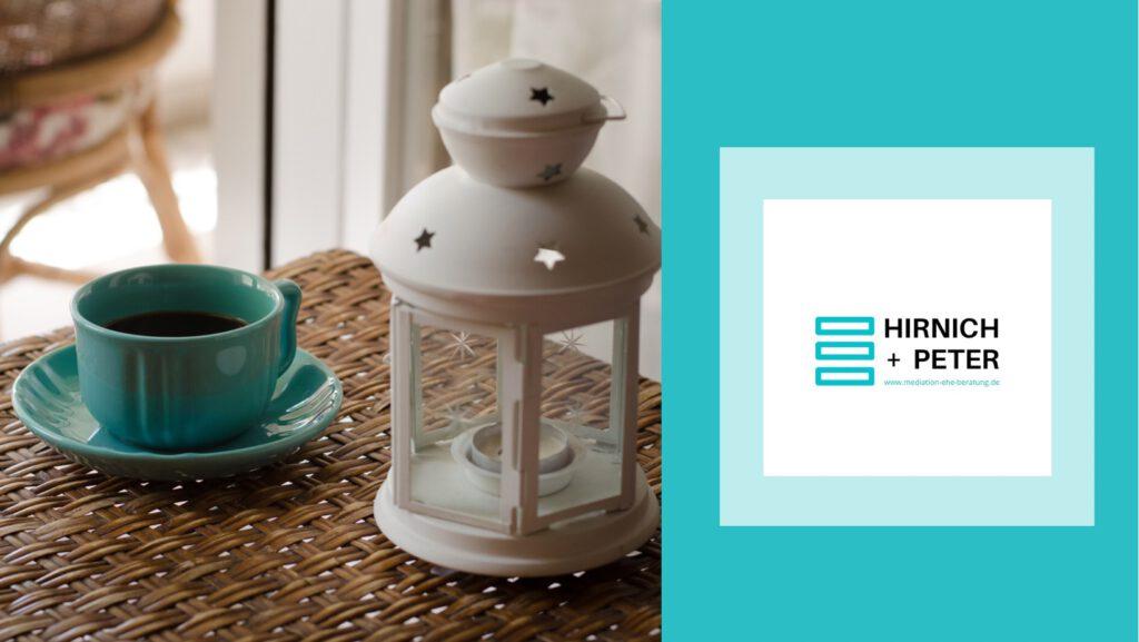 Barrierefrei: Ein Bild von einer Tasse Kaffee und einem Teelichthalter sowie das Logo von Hirnich + Peter.