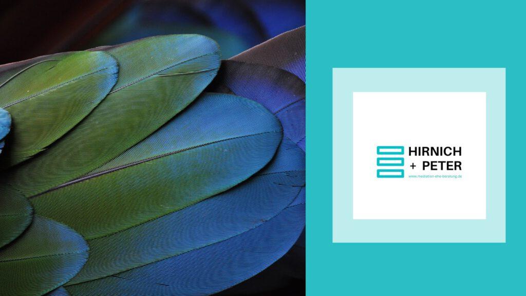 Barrierefrei: Ein Bild mit bunten Federn sowie das Logo von Hirnich + Peter.