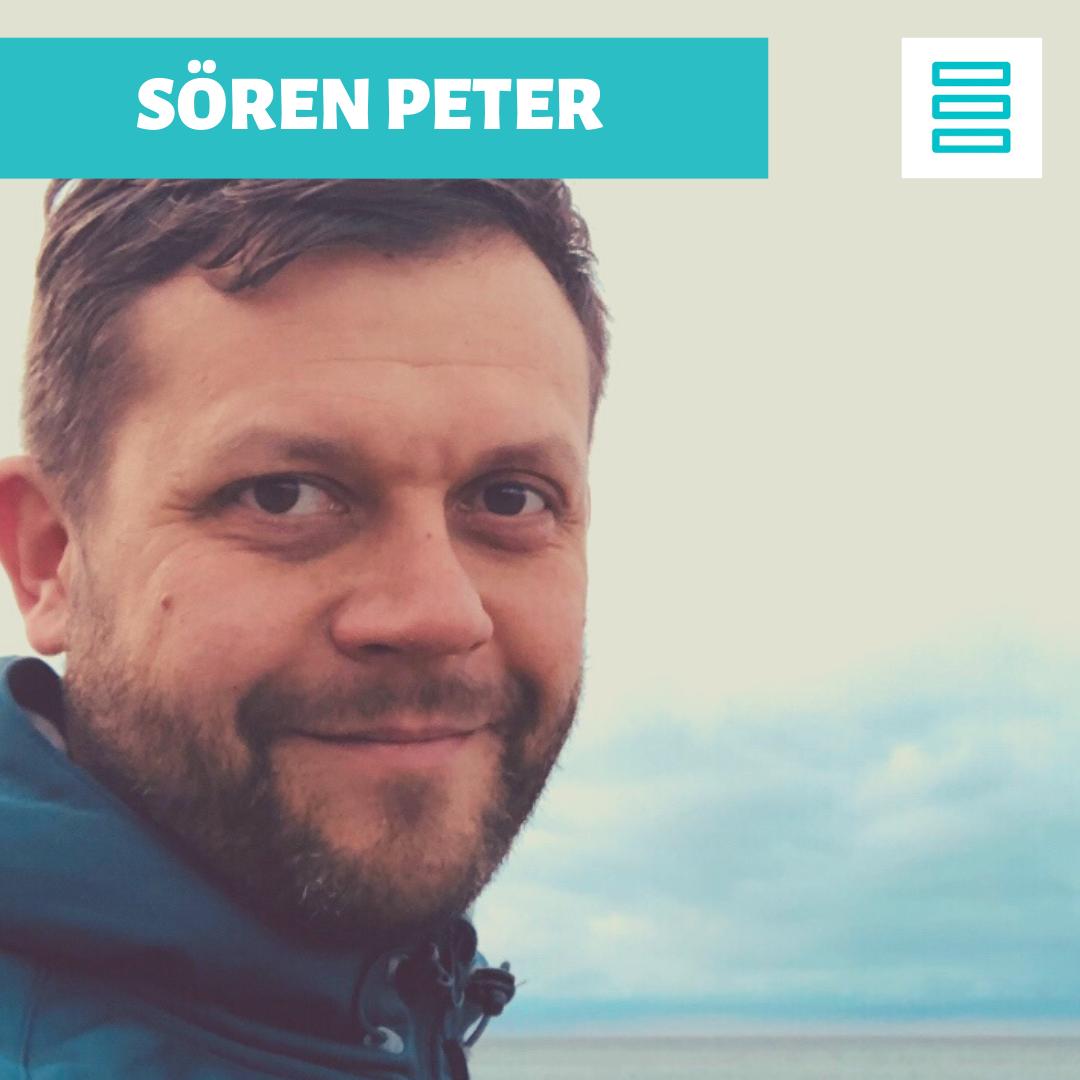 Barrierefrei: Ein Bild von Sören Peter und ein Schriftzug mit seinem Namen sowie das Logo von Hirnich + Peter.