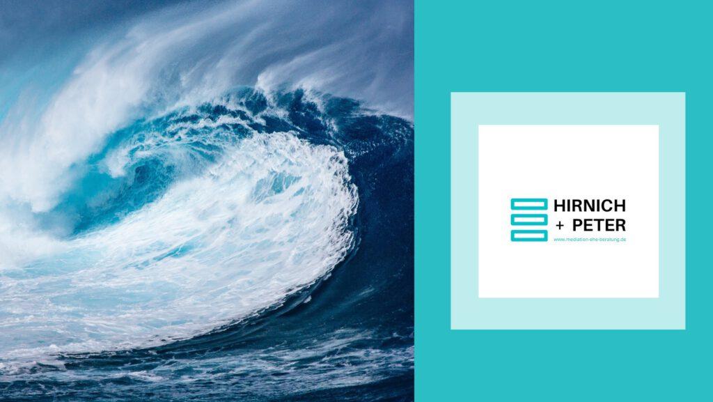 Barrierefrei: Ein Bild von einer Welle sowie das Logo von Hirnich + Peter.